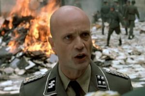 """Dans le film, Ernst-Günther Schenck est présenté comme un médecin avant tout soucieux du sort des troupes défendant Berlin. Il n'est pas précisé qu'il fut par la suite condamné pour avoir """"traité des humains comme des animaux de laboratoire""""..."""