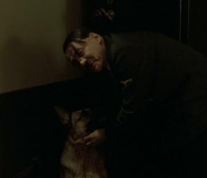Réhumanisé, comme lorsqu'il caresse affectueusement sa chienne, Hitler n'en devient finalement que plus effrayant.