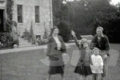 Les princesses Margaret et Elizabeth apprenant le salut nazi par le futur Édouard VIII, sous l'œil bienveillant de leur mère. Scandale ?