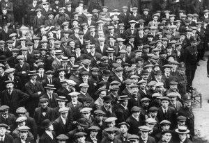 L'aveuglement peut toucher des personnes qui nous sont culturellement très proches, et peut prendre bien des formes. Ici, de jeunes Britanniques se portant spontanément volontaires pour partir au front, en 1914. Pour beaucoup, ce sera un aller simple.