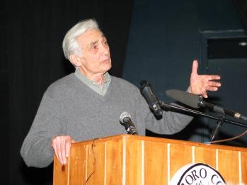 Howard Zinn donnant une conférence en 2004.