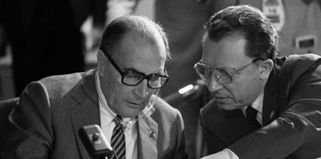 Mitterrand et Jacques Delors, en 1983. Ce dernier est l'un des principaux artisans de la conversion totale du PS à l'économie de marché.