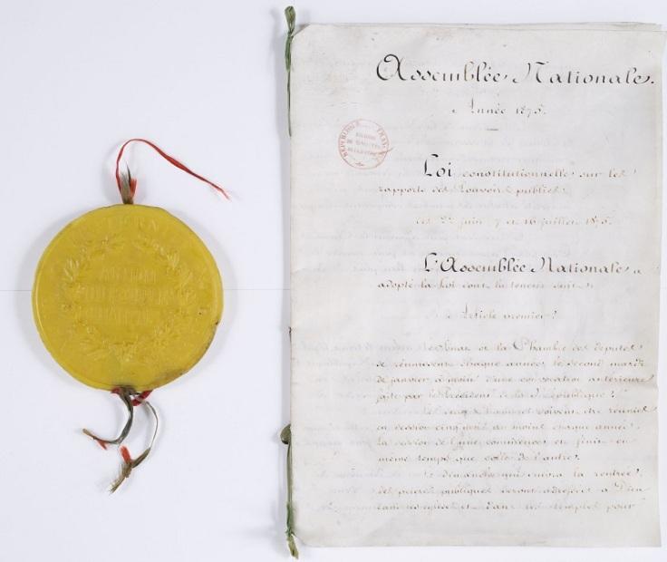 Les trois lois constitutionnelles de 1875 créent les institutions de la Troisième République. La troisième loi, ici représentée, régit les rapports entre les différentes institutions. Le Sénat fait l'objet d'une loi à part, la première.