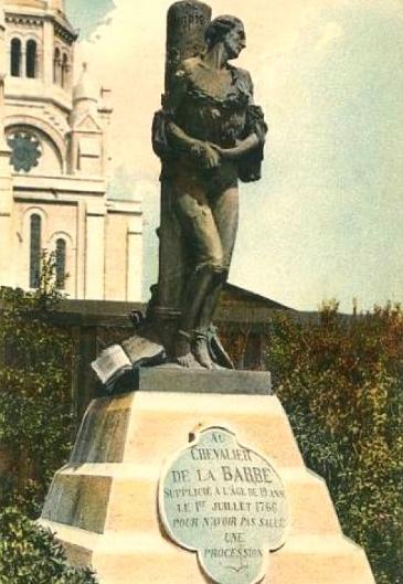 Cette statue rend hommage au chevalier de La Barre, exécuté à 20 ans, en 1766, suite à des accusations de blasphème. On en plaisantait alors pas avec la religion.