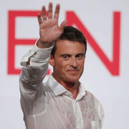 Manuel Valls saluant lors d'un meeting