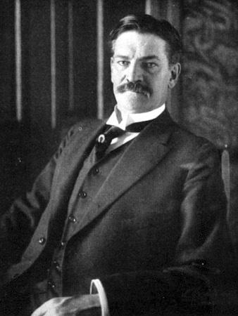 Photographie d'Archibald Gracie, homme moustachu en costume posant assis.
