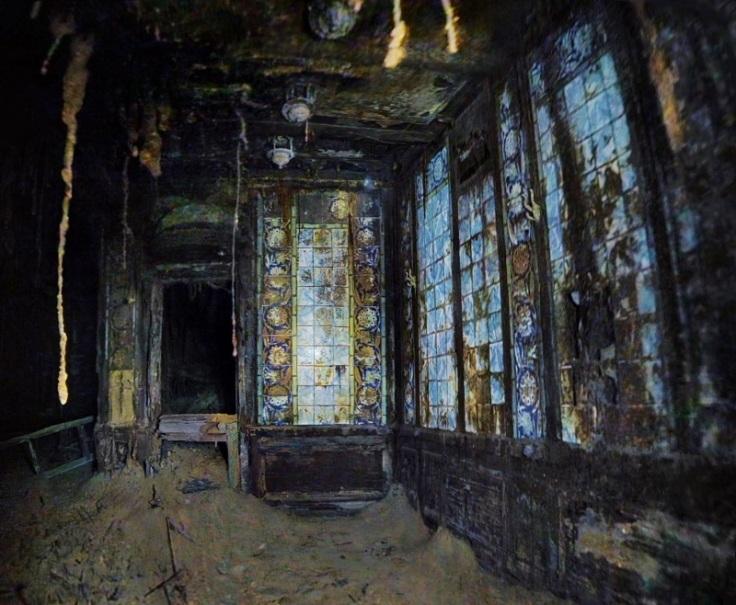 Vue fantomatique des mosaiques murales des bains turcs du Titanic
