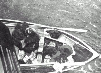 Le canot 1, peu rempli, accostant près du Carpathia