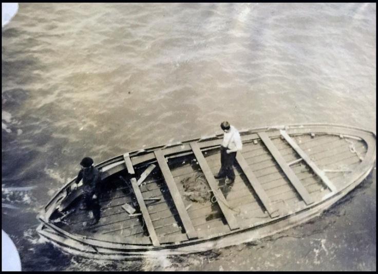 Le canot A, avec ses flancs démontés et au ras de l'eau, récupéré par l'équipage de l'Oceanic