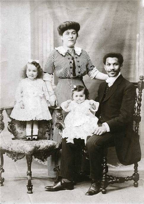 Joseph Laroche pose avec sa femme et ses filles