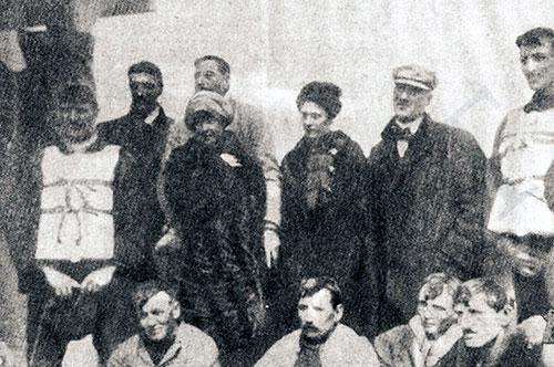 Onze des douze rescapés du canot 1 posent pour une photo de groupe sur le Carpathia