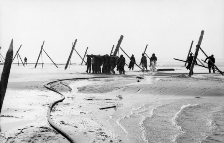 Pose de dispositifs anti-débarquements sur une plage