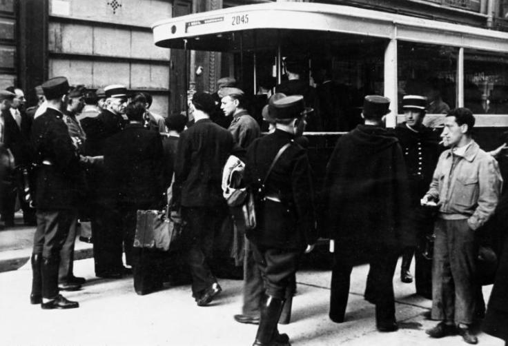 Policiers français arrêtant des juifs en 1941
