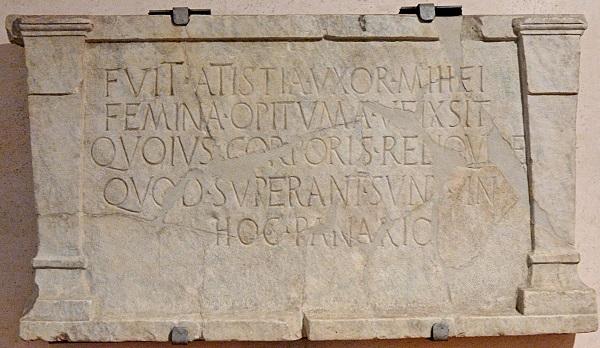 Stèle funéraire comportant une inscription latine