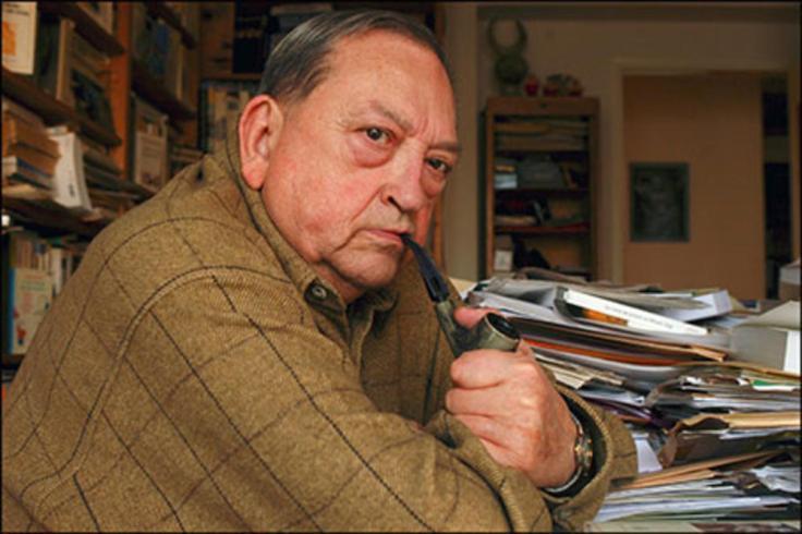 Jacques Le Goff dans sa posture classique : pipe et bureau bordélique