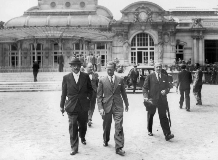 Pierre Laval est photographié devant le Grand casino de Vichy, le jour du vote