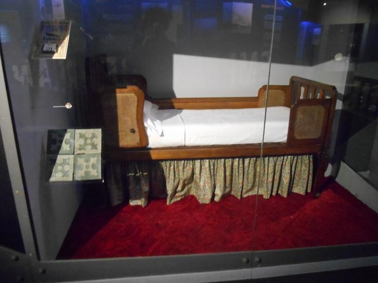 Un lit de cabine de 1ère classe de l'Olympic et plusieurs dalles de lino du paquebot, exposées au musée de Liverpool
