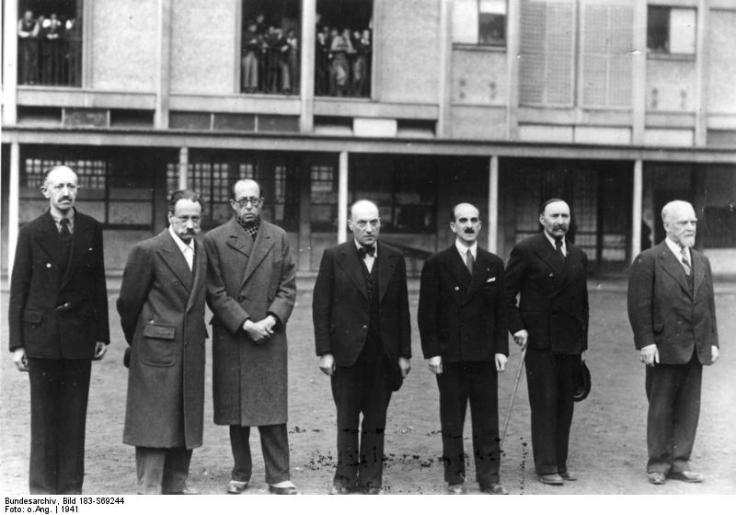 Pierre Masse et plusieurs autres personnes photographiés lors de leur internement à Drancy